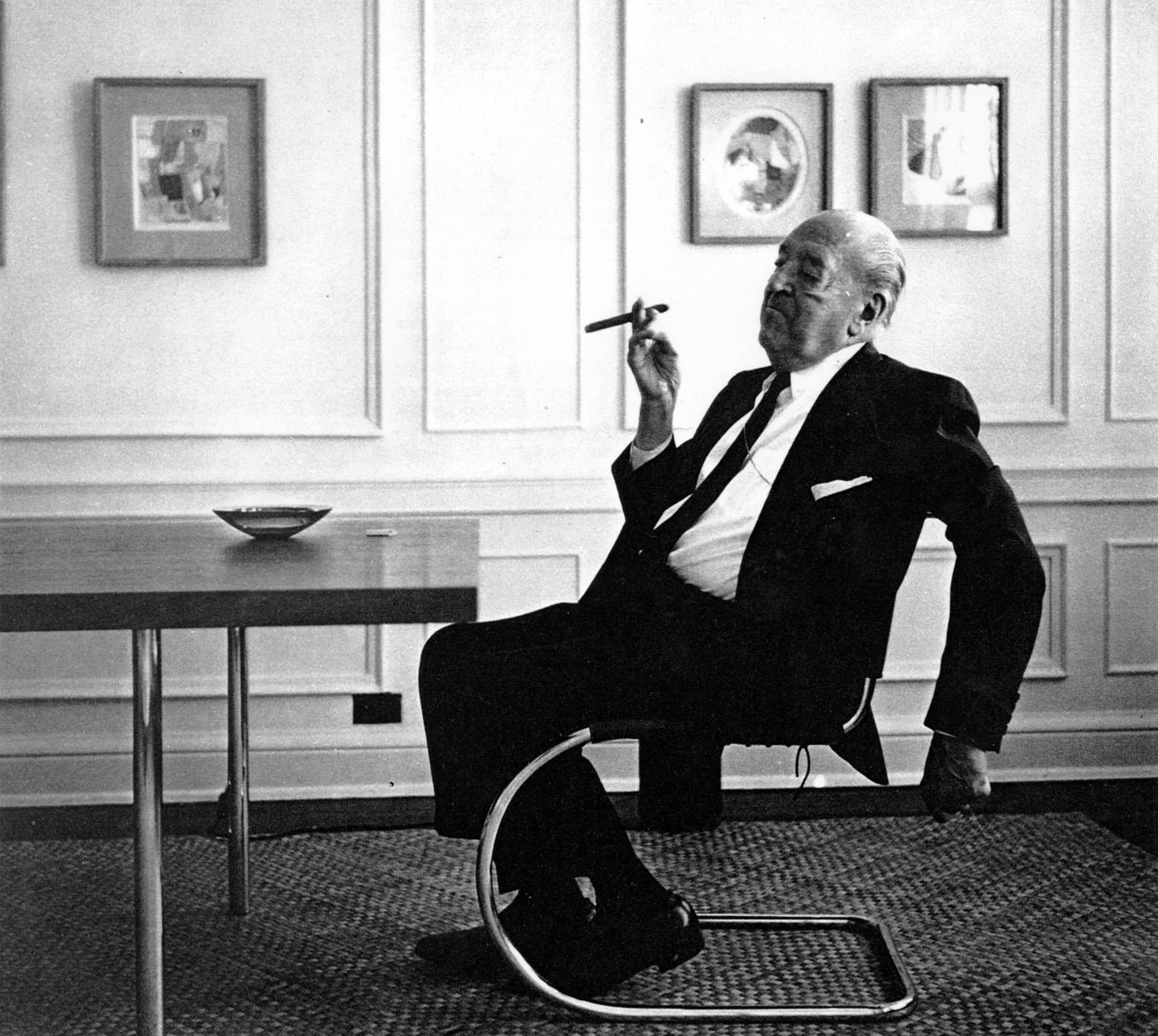 Mies Van der Rohe sentado en otra de sus creaciones, también en colaboración con Lilly Reich, otra pieza icónica del siglo XX, la Knoll MR20 (1927)