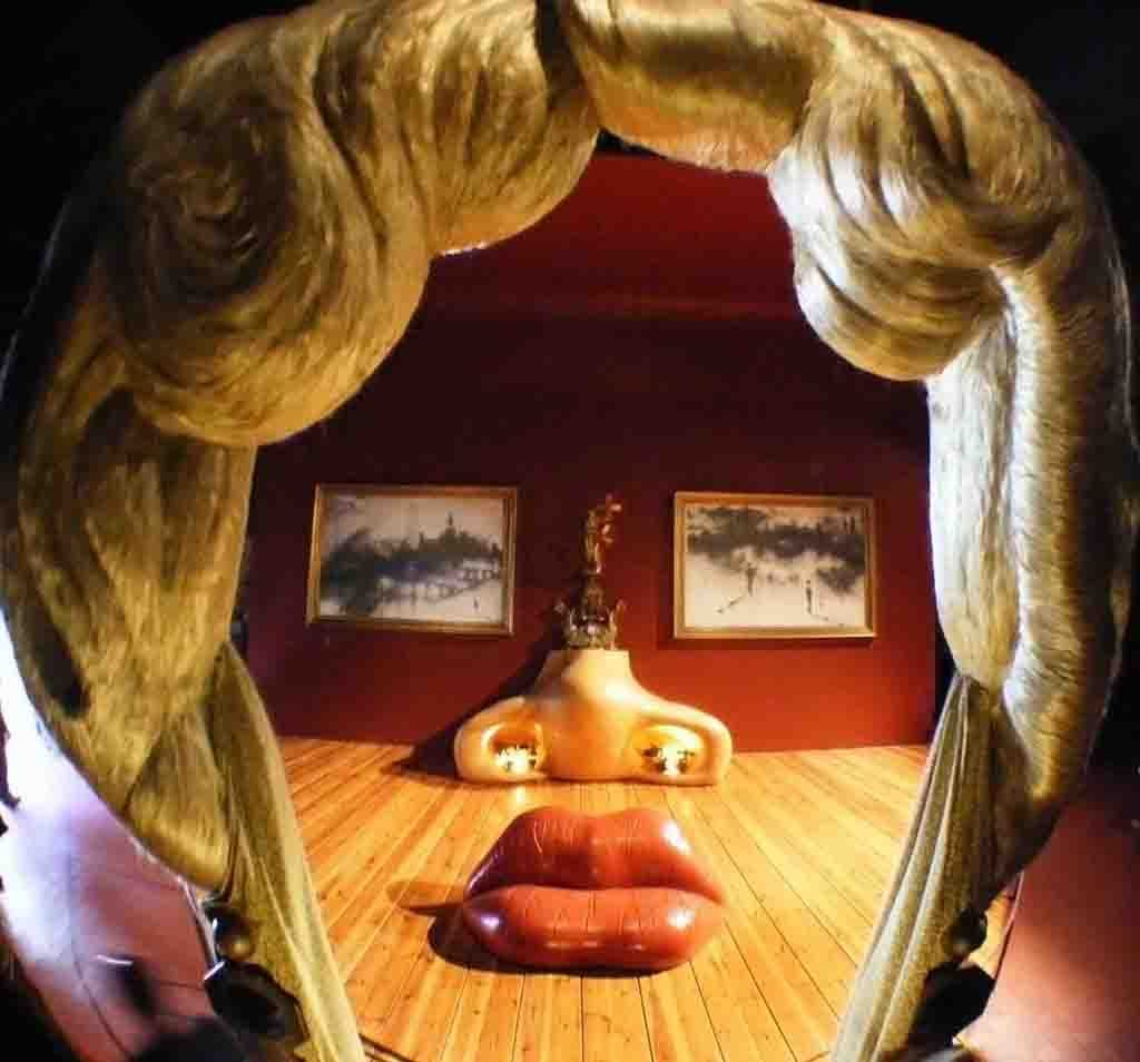 Sala Mae West Teatro Museo Dalí 1975