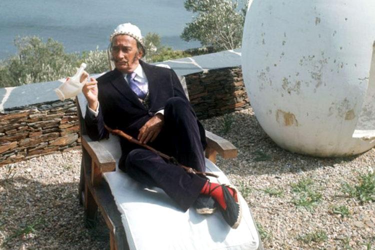 Dalí tumbado sobre su tumbona Portlligat